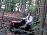 Régis fait du tracteur dans les bois