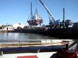 Régis met son bateau à l'eau