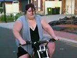 Fille obèse sur une moto