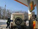Policier russe fait le plein d'essence