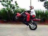 Faire demi-tour en moto avec classe