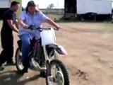 Mamie teste la moto de son petit fils