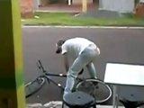 Ivrogne veut rentrer chez lui en vélo