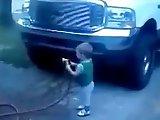 Enfant fail avec un tuyau d'eau
