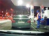 Femme fait le plein d'essence