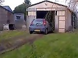 Fillette fail en conduisant la voiture de…
