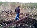 Régis russe équilibriste avec un tuyau