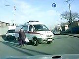 Ambulance manque de percuter une femme