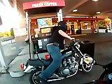 Francis fait le plein avec sa moto