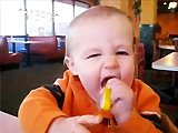 Bébé goutte du citron pour la première…