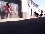 Fille owned dans une course de taureau