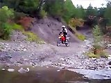 Motard fail en franchissant un pont