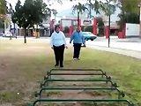 Fille obèse et saut d'obstacles