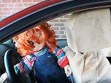 Poupée démoniaque passe commande au Drive