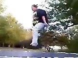 Fille obèse vs trampoline