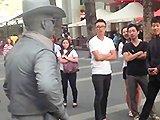 Artiste de rue frappe un touriste