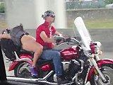Sans culotte sur une moto