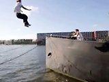 Saut en parkour sur un bateau fail