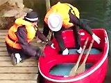 Papy grimpe sur un bateau et fail