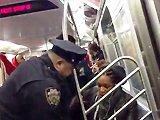 Fille énervée frappe un policier