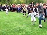 Robin van Persie dribble des enfants