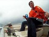 Pêcheur fail sur le bateau de son pote