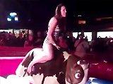 Fille termine en culotte sur un Bull Rodeo