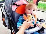 Bébé mange une glace pour la première fois