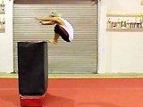 Fille saute dans une boite
