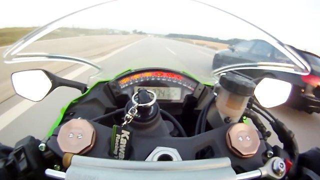 une voiture d passe une moto qui roule 300 km h. Black Bedroom Furniture Sets. Home Design Ideas