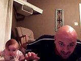 Un père et sa fille font des pompes