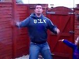 Un papa gifle sa fille avec son hula hoop