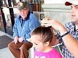 Un papa offre un chignon à sa fille