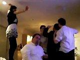 Une fille ivre fait la fête avec ses amis
