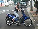 Une fille défonce un scooter contre un mur