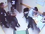 Un policier frappe un homme en fauteuil…
