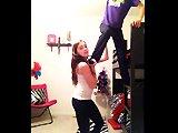 Deux filles font des acrobaties dans leur…
