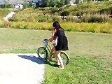 Une fillette apprend à faire du vélo