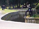 Une fille saute au-dessus de l'eau