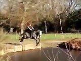 Une fille traverse un bassin avec son cheval