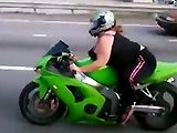 Une fille obèse sur une moto