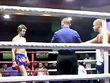 Un kick-boxer offre un ko à son adversaire