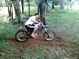 Faire des stunts accrobatiques avec une moto