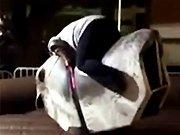 Une fille ronde sur un taureau mécanique