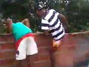 Des enfants s'amusent avec un mur de briques