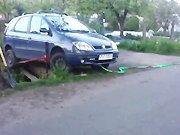 Un russe dépanne une voiture en perdition