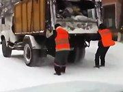 Deux éboueurs russes ...