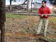 Régis prépare du petit bois