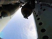 Un avion largue des bombes sur une îles