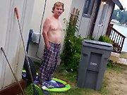 Un homme arrose son voisin ivre avec un…